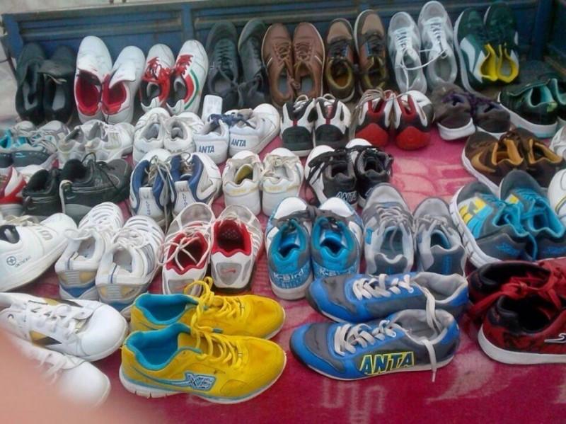 各种旧鞋子,运动鞋
