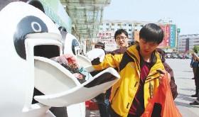 """杭州旧衣服捐赠新玩法,大熊猫""""吃""""旧衣服"""
