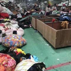 大量供应夏装、包包、鞋子、羽绒服、冬装、毛衣、白料、棉被