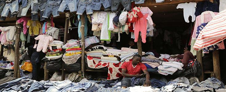 非洲大叔在售卖二手内衣、二手内裤